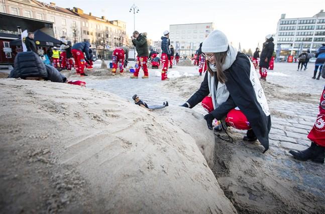 Viivi Hinssa och studentföreningen Comedia har byggt en sköldpadda.