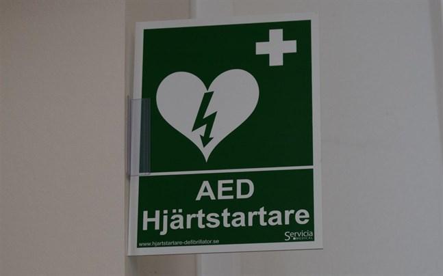 Närpes vård- och servicecenter kommer att få en hjärtstartare. Den grönvita skylten talar om att en hjärtstartare finns i närheten.