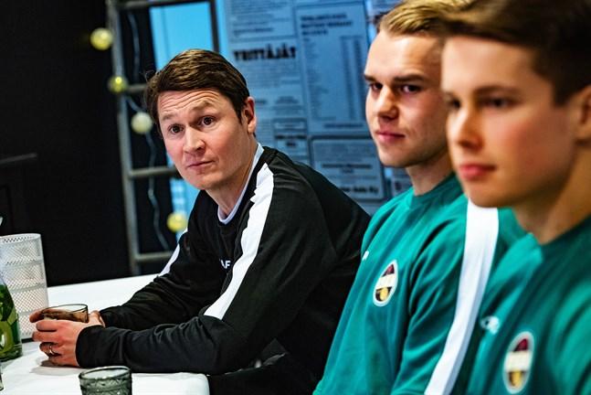 KPV-tränaren Jani Uotinen samt nyförvärven Aleksi Pahkasalo och Tommi Saarinen ser fram mot cupspelet.