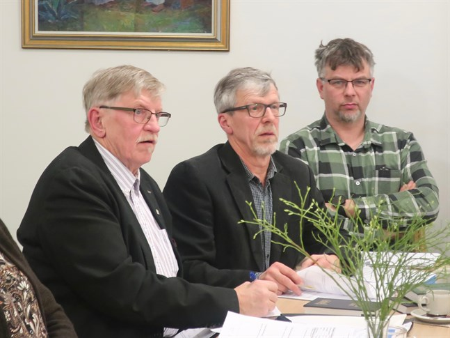 Dag Strandvall, i mitten, valdes till nya Kronoby församlings första fullmäktigeordförande. Harry Öst (t.v.) är vice ordförande i kyrkorådet och Björn Gripenberg (t.h.) är ersättare i kyrkorådet.