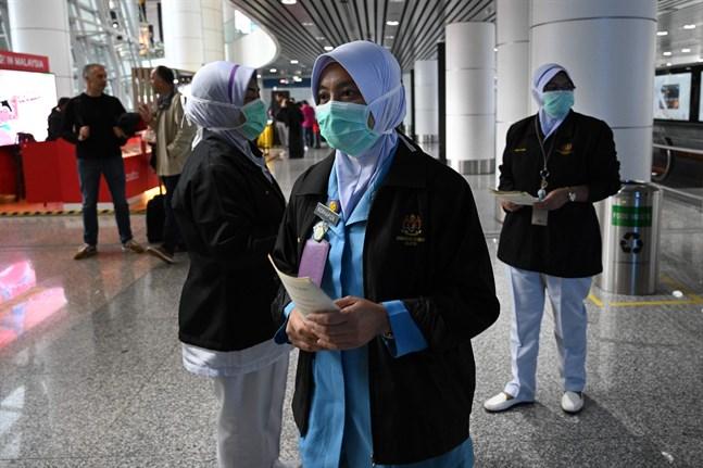 Sjukvårdare på flygfältet i Kuala Lumpur, Malaysia.