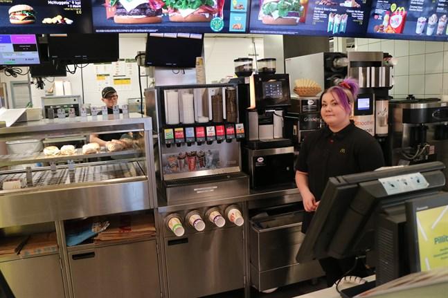 För restaurangchef Alexander Alvik och restaurangarbetaren Mari Tyni på McDonalds är det ofta bråda dagar. Speciellt om någon är sjukledig.