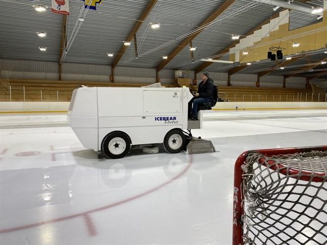 Isen i Hallis körs numera med en eldriven ismaskin. Här är det Dzevad Salic som lägger ny yta på isen en söndag kväll. Det finns tre vaktmästare som sköter isen. Två är anställda av Närpes stad och Salic är anställd av Kraft hockey.