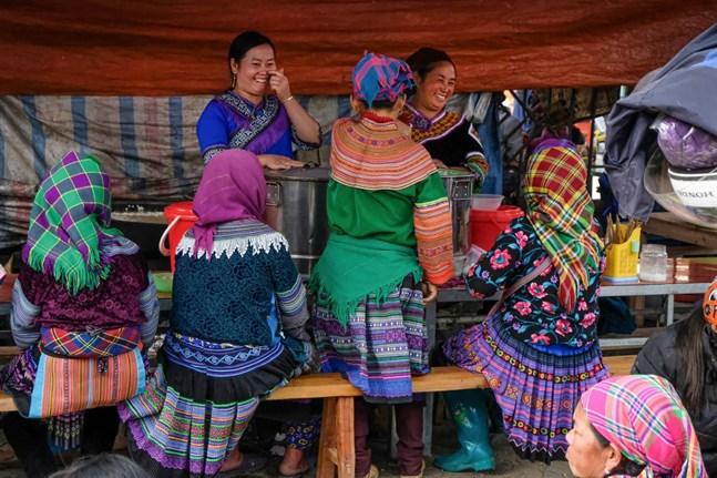 Typisk scen på från söndagsmarknaden i Bac Ha, där traktens elva olika bergsfolk möts och umgås.