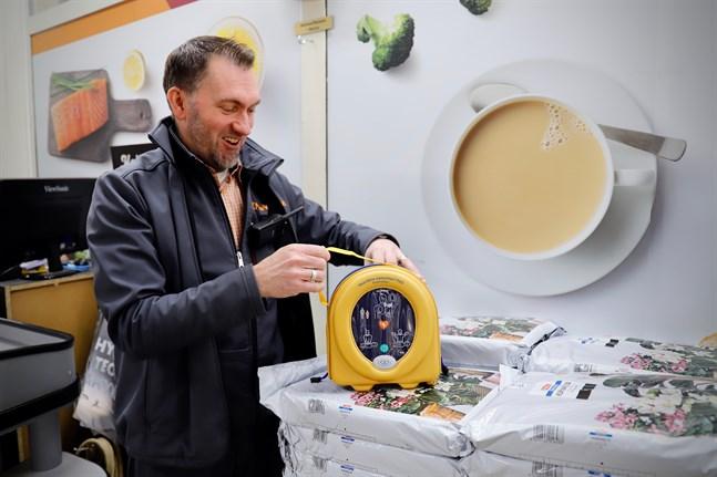 I snart två år har en hjärtstartare hängt bredvid kassan vid Stenco i Övermalax. Nu har Kenneth Stén registrerat den på defi.fi. Tidigare kände han inte till registret.