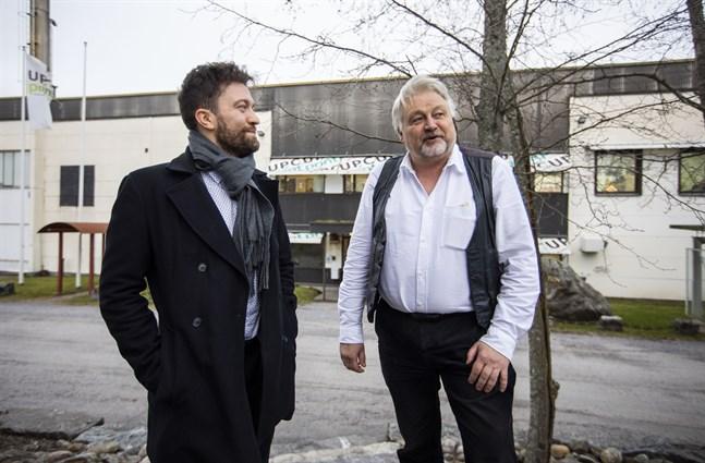 Toni Hyytinen, regiondirektör för Solnet i Österbotten, och Sture Udd siktar på att ha solkraftverket klart i april.