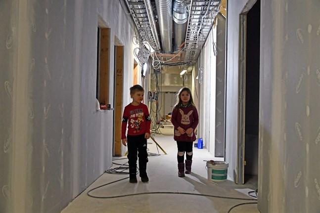 Isak och Hilla får inleda förskolan på ny adress i höst i Kristinestads daghem.