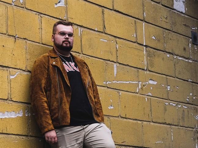 """Joel Rönn, har släppt sitt första album som Seesar XL. Det heter """"Nackskott""""."""