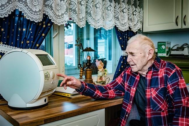 Snart 88-årige Erik Forsström påminns dagligen om att ta sina mediciner. Roboten fungerar bra, och är till och med artig, säger han.