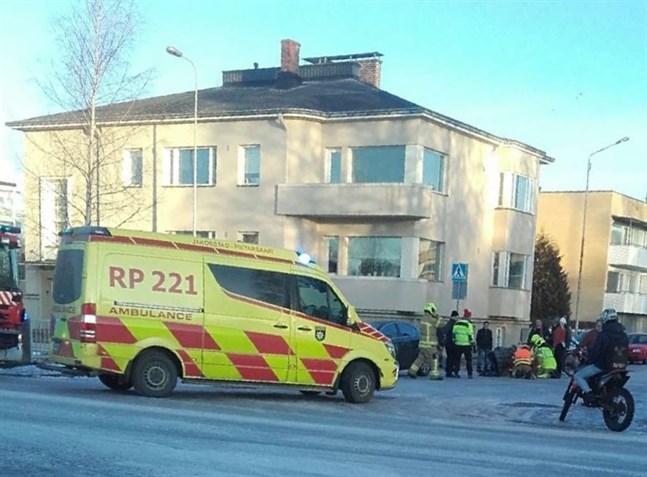 En moped krockade med en personbil i korsningen Södermalmsgatan/Pedersesplanaden på fredag eftermiddag.