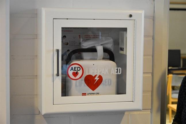 Det finns flera olika modeller av hjärtstartare, eller defibrillatorer. Den här finns i Närpes stadshus aula.