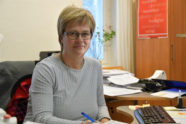 Chefen för Röda Korsets mottagningscentral i Kristinestad Annica Janfelt är orolig för verksamheten när antalet asylsökande minskar kraftigt.