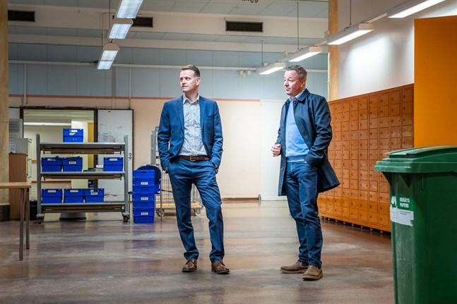 Petri Sandkvist och Jukka Airaksinen i postens tidigare lokal. Den står fortfarande tom.