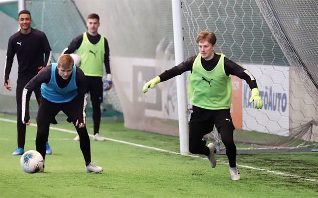 Målvakten Rasmus Leislahti anslöt till VPS i onsdags. Till vänster närmast i bild mittbacken Benjamin Hiekkanen som det ännu inte kommit några kontraktsnyheter om.