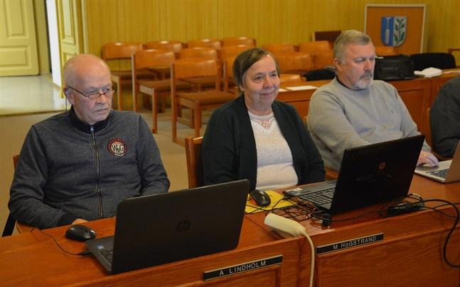 Mirja Högstrand har anslutit sig till SFP-gruppen och fick därmed en ny plats i salen. Bredvid henne Aarno Lindholm (till vänster) och inkallade ersättaren Jan-Anders Lundenius.
