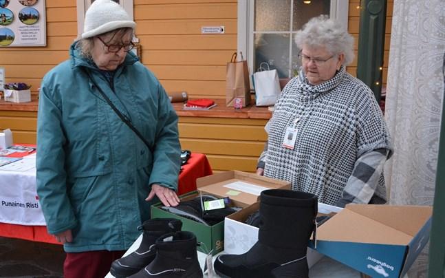 Bra skor är viktiga då man rör sig i halka, poängterar Mona-Lisa Bäckström, till vänster, och Karin Rusk.
