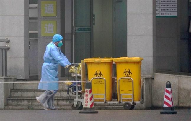 Personal utanför ett sjukhus i den centralkinesiska staden Wuhan.