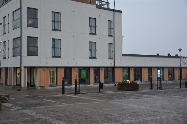 Tanken är att Närpes församling ska kunna flytta in i huset bredvid torget i april. Först ska omändringar göras i lokalerna.