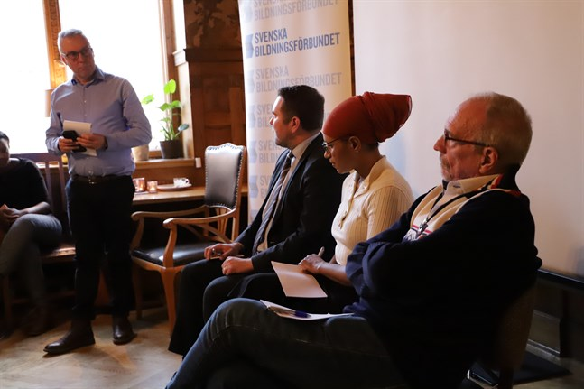 Moderator Dan Ekholm, Niklas Wilhelmsson, Ramieza Mahdi och Nils Torvalds diskuterar hatretorik.
