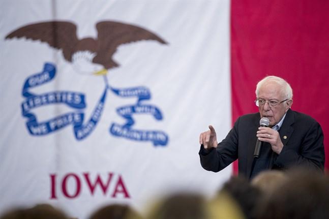 Bernie Sanders, här på ett kampanjmöte i Iowa den 11 januari, ligger enligt en ny opinionsmätning i täten inför delstatens nomineringsmöte. Arkivbild.