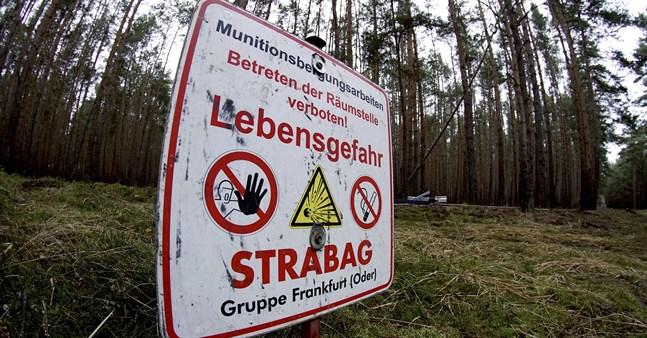 En skylt varnar besökare för odetonerade bomber på platsen där Teslas första fabrik i Europa ska byggas i Tyskland. Sju bomber har oskadliggjorts.