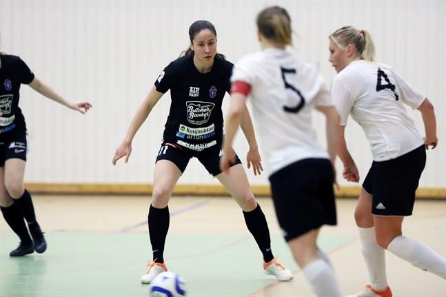 Pipsa Lahtinen under FC Sports senaste ligamatch – i söndags mot ACE. Där blev det en 4–5 förlust efter förlängning. Sini Lauermaa, en av Lahtinens landslagskamrater, gjorde tre av motståndarnas mål.