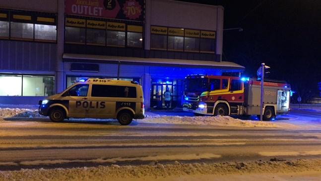 Fyra enheter var på plats för att släcka elden då det började brinna i Halpa-Halli i Vasa.