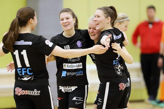 FC Sport firar sitt tredje mål i matchen, gjort av Anni Rintanen.