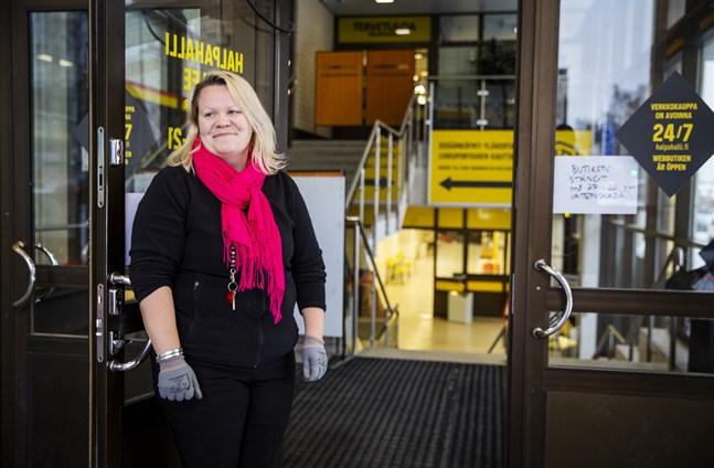 Marjo Österdahl beklagar att hon är tvungen att avvisa kunder som vill komma in och handla.
