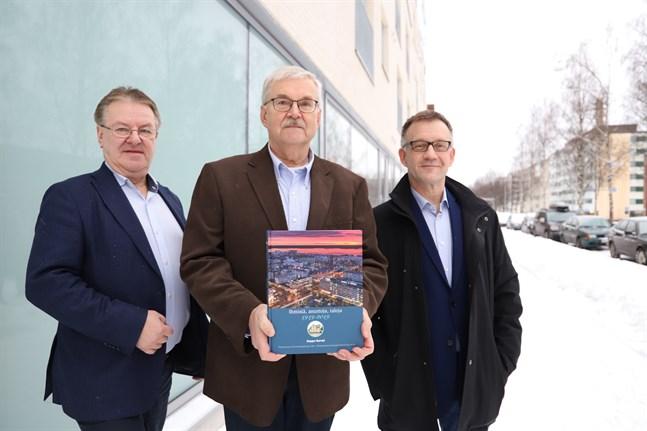 Föreningens ordförande Jukka Kalliola, Seppo Nurmi, som skrivit historiken, och verksamhetsledare Arto Saarikoski.