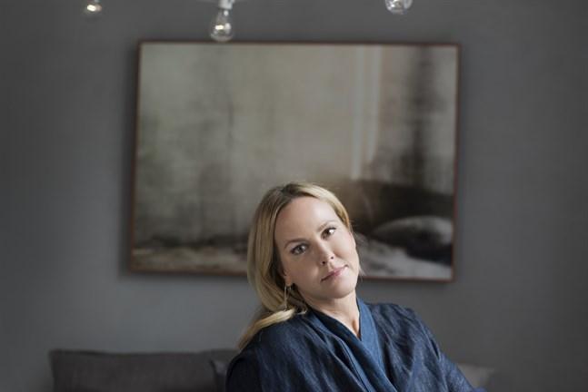 Camilla Grebe är utbildad civilekonom och debuterade 2009 som författare tillsammans med sin syster Åsa Träff. Nu skriver hon också böcker på egen hand.