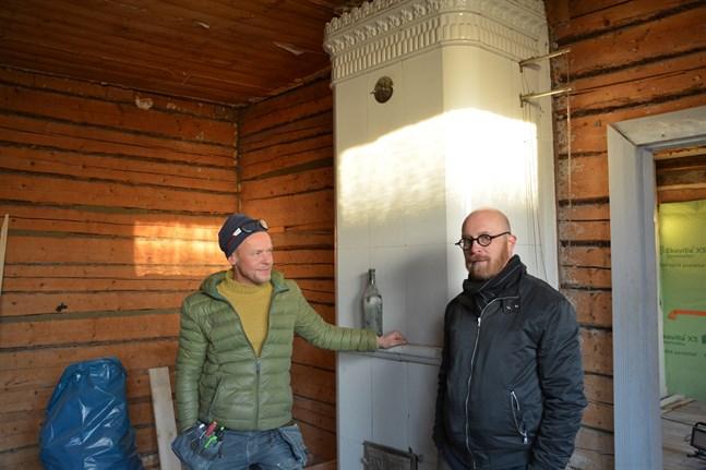 Jim Björni, till vänster, är glad att han får jobba på husets villkor då han renoverar åt Staffan Martikainen.