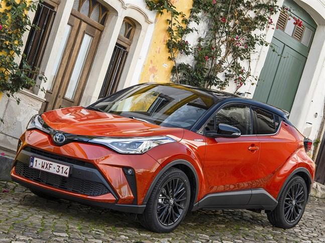 Toyota C-HR gör sig bäst i den tvåfärgade karossen där den minst sagt djärva linjeföringen kommer till sin rätt.