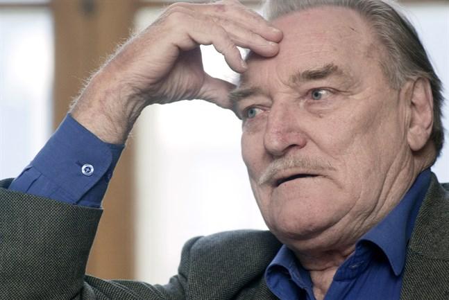 """Åke Lindman (11.1.1928-3.3.2009) var både regissör och skådespelare, och han hade en roll i """"Småstadsberättelser""""."""