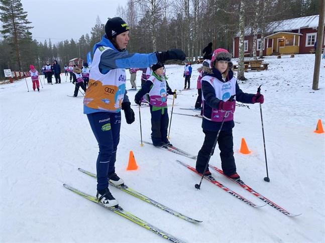 Ann-Mari Snickars skickar iväg Sara Räfsbäck i slalombanan under barnens snödagar på Vargberget.