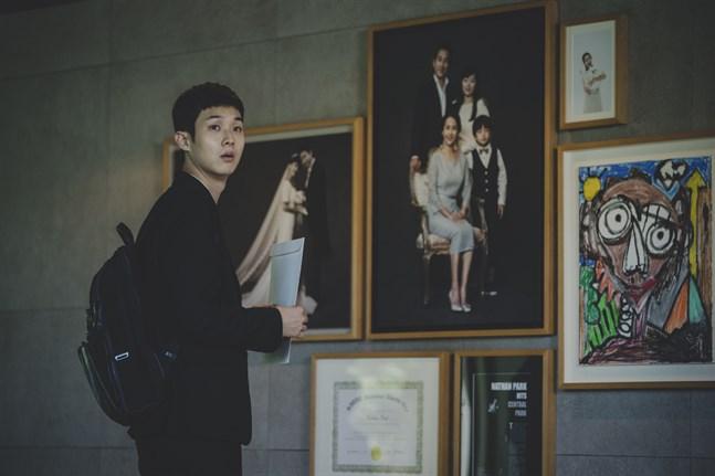 """Filmen """"Parasite"""" blev en biosuccé. Det var ett Vasaföretag som tog den till Finland. Den äldsta pojken (Woo-Shik Choi) i en fattig familj lyckas få anställning som privatlärare i familjen Park, något som sätter i gång en oväntad händelsekedja."""