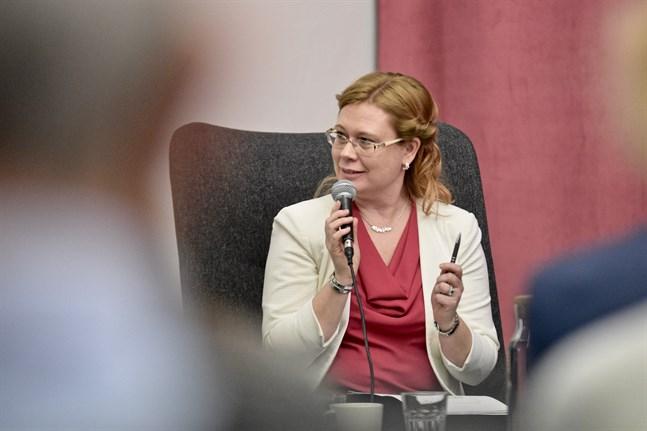 Jenny Stenberg-Sirén säger att tandemundervisning är ett sätt att stärka de svenskspråkiga elevernas finska.