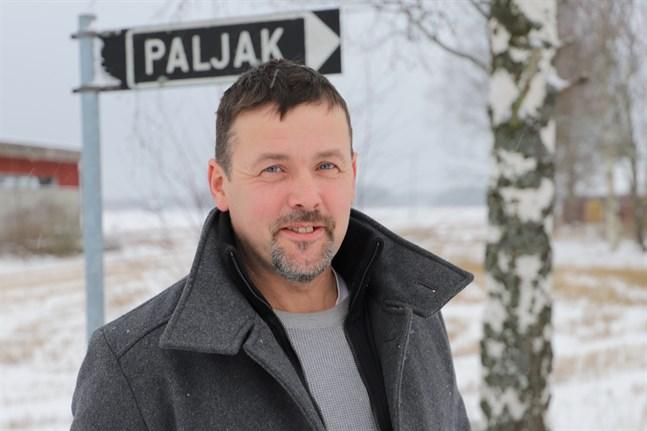 Kjell Engström, kassör för Paljakvägens väglag, är synnerligen frustrerad över hur svårt det är att öppna ett konto för väglaget.