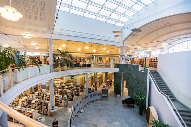 Vid Karleby stadsbibliotek uppmanas kunderna använda låneautomaterna.