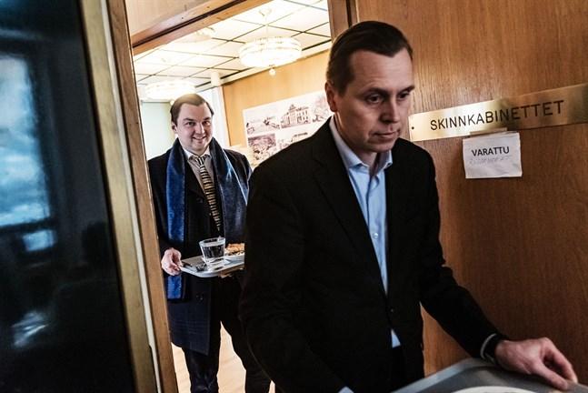 Joakim Strand, riksdagsledamot för SFP, besökte på torsdagen Karleby. Målet var att helt enkelt lära sig mer om området. I förgrunden Jan-Ove Nyman, ordförande för SFP i Karleby.