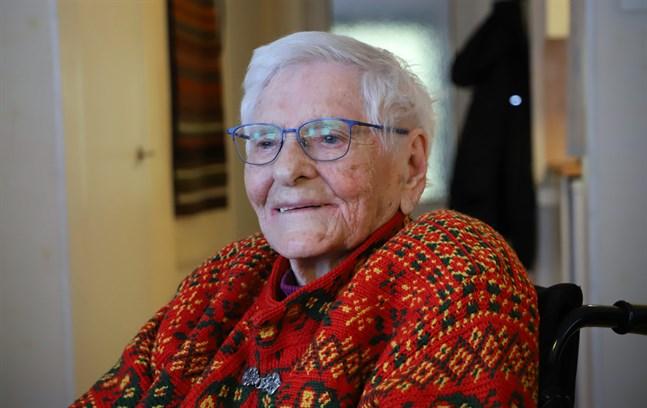 Elvi Båsk har alltid tyckt om att sticka. Det är en sysselsättning hon saknar. Korsnäströjan hon bär har hon stickat och virkat själv.