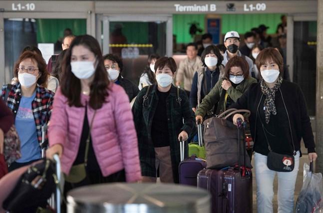 Diskriminering och ett ökat stigma kring coronaviruset kan i värsta fall försvåra arbetet med att minska spridningen, påpekar SU.  På bilden resenärer från Asien som just landat i Los Angeles.