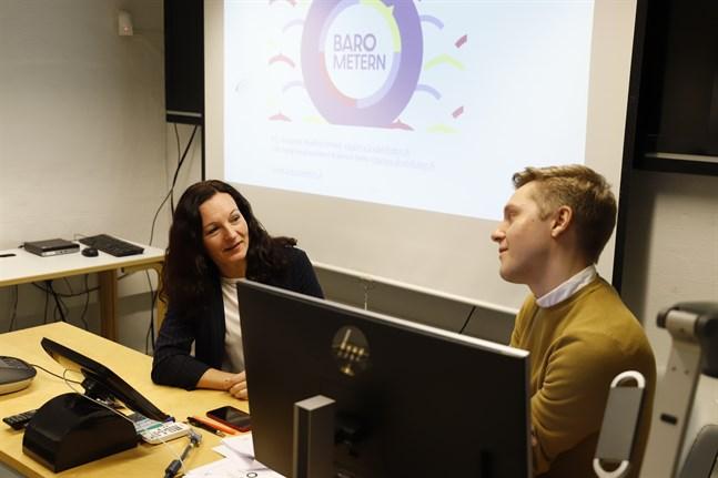Forskare Marina Lindell och forskningsassistent Rasmus Sirén presenterade den finlandssvenska barometern i Vasa på torsdagen.