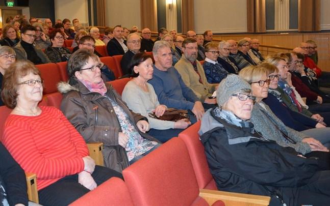 Vårddebatten intresserade i Kristinestad. Längst framme från vänster Lotte Vanhatalo och Christina Svens. Bakom ses Britt-Marie Lehtonen, Maarit Rosengård, May och Lars Riissanen och Harry Stenlund.