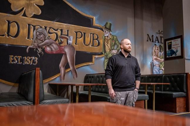 Nikolaj Børding Therkildsen från Danmark har målat alla Old Irish-pubar sedan 2012. I Vasa tillbringade han totalt tretton dagar.