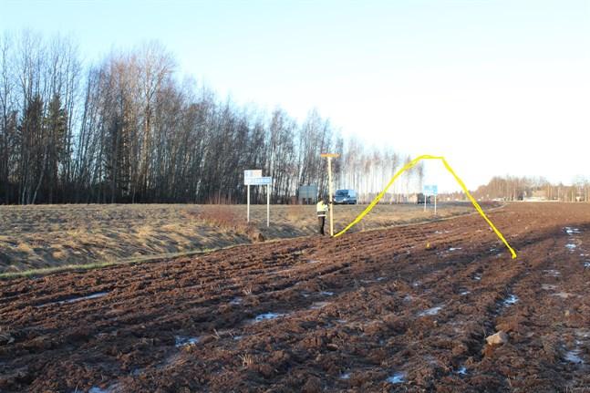 Den gula linjen på bilden visar ungefär hur hög bullervallen skulle bli. Nu ska en modell av plankor och bräden byggas för att åskådliggöra vallens höjd.