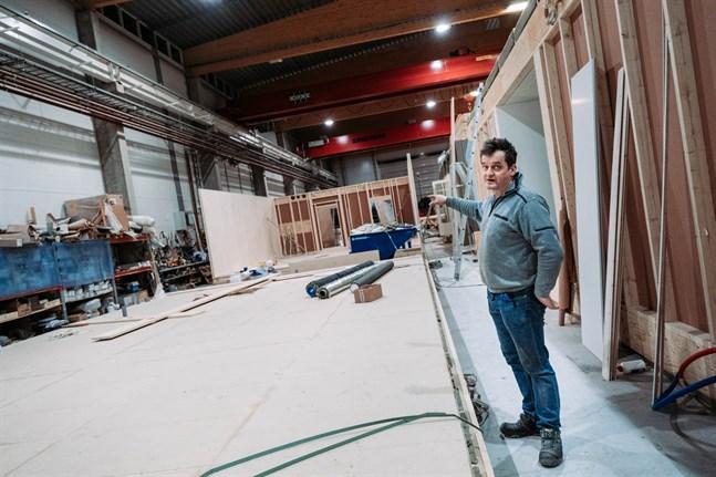 Göran Heikius säger att det är fördelaktigt att bygga inomhus eftersom man kan undvika fukt.