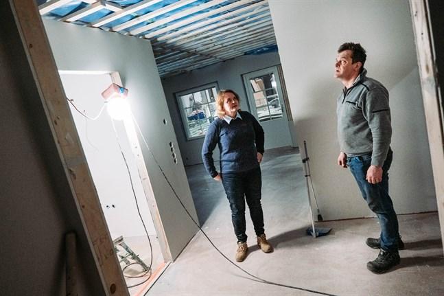 Maria Eriksson och Göran Heikius inspekterar en av lägenheterna som byggs.