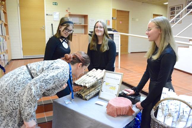 UF-företagarna Corinn Pirttimäki, Lina Thijssen och Patricia Gröndahl från Kristinestad fick mångsidiga erfarenheter under året som företagare.