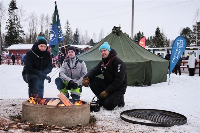 Scouterna Julius Virtanen, Robin Westerlund och Kim Backlund övernattar och vaktar eldarna mellan skidspåren.